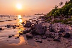 Felsenstrand bei Sonnenuntergang lizenzfreies stockfoto