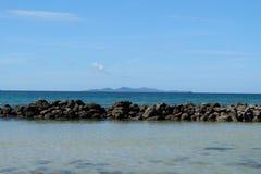 Felsenwand für das Meer Stockfoto