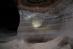 Felsenwand mit Spuren der Zerquetschung Stockbild