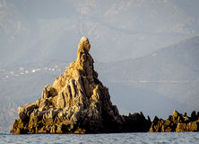 Felsformation im Meer Stockbilder