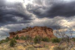 Felsformation und Holz unter einem bewölkten Himmel in Colorado Lizenzfreie Stockbilder