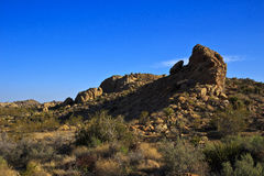 Felsformation unter blauem Himmel Stockfotos