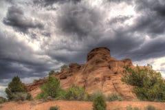 Felsformation unter einem bewölkten Himmel in Colorado Stockfoto