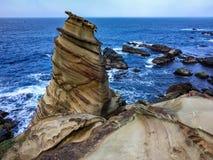 Felsformationen auf Seeküste stockbild