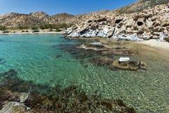 Felsformationen in den kolymbithres setzen, Paros-Insel, die Kykladen auf den Strand Lizenzfreie Stockfotografie
