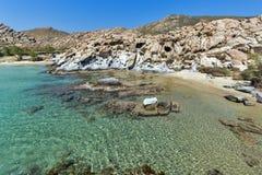 Felsformationen in den kolymbithres setzen, Paros-Insel, die Kykladen auf den Strand Lizenzfreies Stockfoto