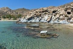 Felsformationen in den kolymbithres setzen, Paros-Insel, die Kykladen auf den Strand Lizenzfreies Stockbild