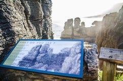 Felsformationen des Pfannkuchens schaukelt Ausblick an Nationalpark Paparoa lizenzfreie stockbilder