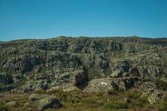 Felsformationen umfasst durch Moos und Flechte auf Hochländern stockbilder