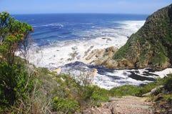Felshügel durch den Ozean Lizenzfreies Stockfoto