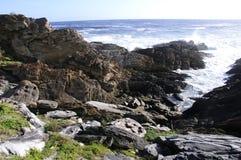 Felshügel durch den Ozean Stockfotografie