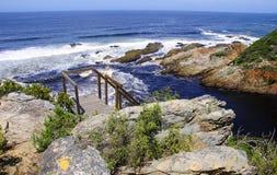 Felshügel durch den Ozean Lizenzfreie Stockfotografie