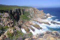 Felshügel durch den Ozean Lizenzfreie Stockfotos