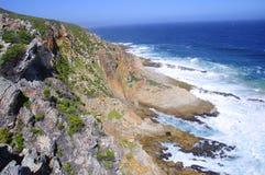 Felshügel durch den Ozean Stockfoto