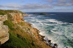 Felshügel durch den Ozean Stockbilder