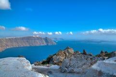 Felsige Ansicht über das Meer und ein Dorf Lizenzfreie Stockfotos