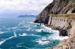 Felsige Berge auf der Küstenlinie, Italien Stockbilder