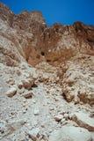 Felsige Berge auf einer Wüste und einem blauen Himmel Stockbilder