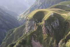Felsige Berge mit Grünpflanzen stockbilder