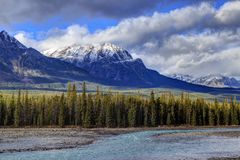 Felsige Berge und Athabasca-Fluss Stockfotos