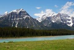 Felsige Berge und Fluss Stockbild