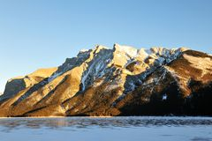 Felsige Berge und See stockbild