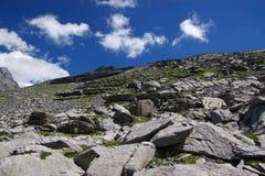 Felsige Berge unter Wolken Stockfotografie