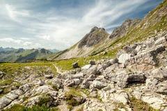 Felsige Berge während des sonnigen Tages stockfotografie