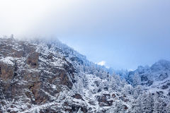 Felsige Berglandschaft mit Nebel Stockfotografie
