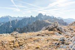 Felsige Bergspitzen im Sonnenlicht Stockfotografie