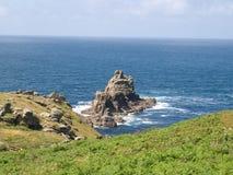 Felsige englische Küstenlinie, die heraus zum Meer schaut Stockbild