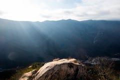 Felsige Höchstunterlassungskantenweise unter Sonnenlicht Stockfotografie