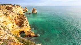 Felsige Küste Algarve Süd-Portugal Stockfoto