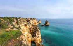 Felsige Küste Algarve Süd-Portugal Stockfotos