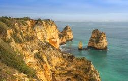 Felsige Küste Algarve Süd-Portugal Lizenzfreie Stockfotos