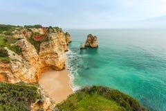Felsige Küste Algarve Süd-Portugal Stockbilder
