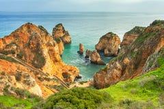 Felsige Küste Algarve Süd-Portugal Stockbild