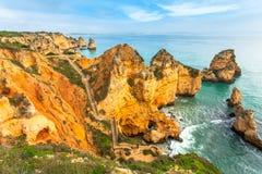 Felsige Küste Algarve Süd-Portugal Lizenzfreie Stockbilder