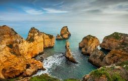 Felsige Küste Algarve Süd-Portugal Lizenzfreies Stockfoto