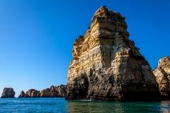 Felsige Küste Algarves lizenzfreies stockbild