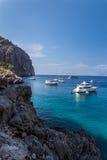 Felsige Küste auf Mallorca mit Booten Stockbilder