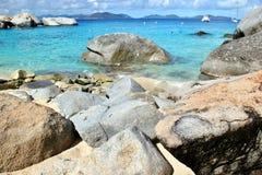 Felsige Küste in den Karibischen Meeren Stockfoto