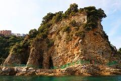 Felsige Küste der adriatisches See- und Budva-Stadt gesehen vom Meer Stockbilder