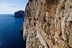 Felsige Küste der Ansicht in Sardinien Stockbilder