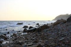 Felsige Küste an der Dämmerung Stockfotografie