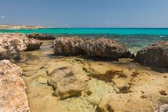 Felsige Küste des Meeres Stockbild