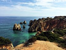 Felsige Küste durch den Atlantik lizenzfreies stockfoto