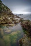Felsige Küste in Irland Stockfotografie
