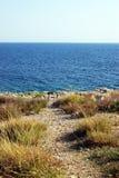 Felsige Küste, Meer und Himmel Lizenzfreies Stockfoto