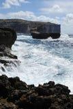 Felsige Küste mit einem rauen Meer Stockbilder